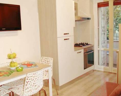 Casina degli Aranci è un appartamento, gestito da una mamma composto da due camere matrimoniali, un salotto con angolo cottura e divano letto, un bagno e due balconi. Molto silenziosa, può ospitare fino a 6 adulti, oppure 4 adulti e 4 bambini.
