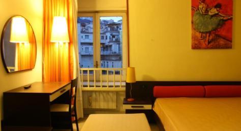 Hotel Maison Degas a Napoli. Una camera tripla ideale per famiglia 2+1.