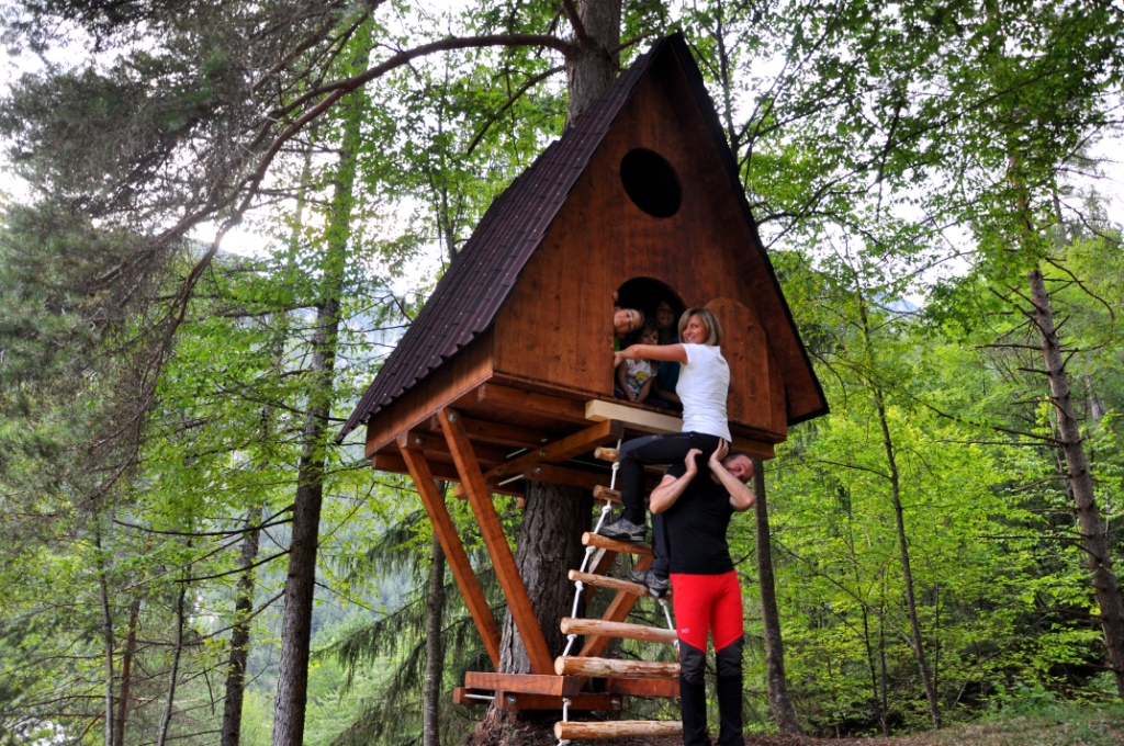 Tree village il villaggio in friuli dove si dorme sugli - Come costruire una casa sull albero ...