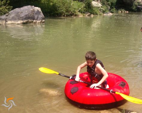 Bambini in acqua con il tubing, una escursione fantastica al Parco di Vulci.