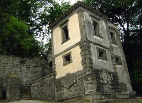 Parco dei Mostri di Bomarzo-la casa inclinata