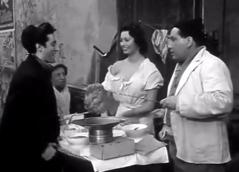 """Sofia Loren pizzaiola di strada ne """"L'Oro di Napoli"""" di Vittorio De Sica, tratto da Eduardo De Filippo."""