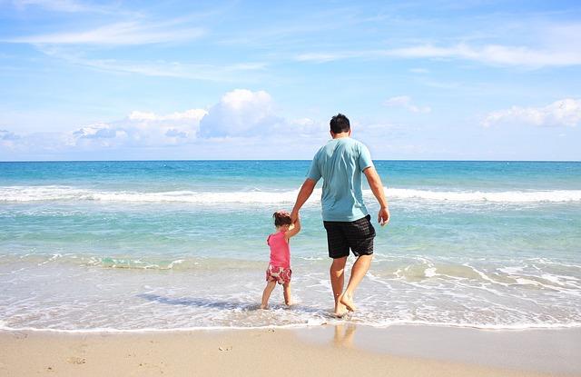 Risultati immagini per papa'  e bambino mare